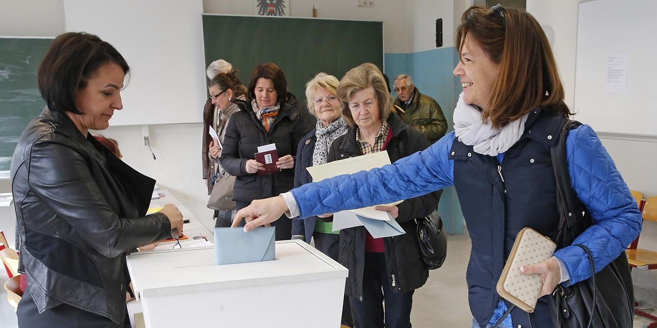 Frauen beim Wählen