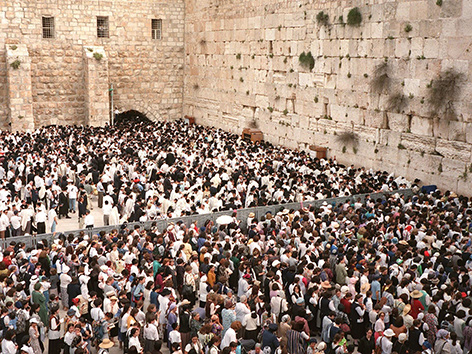 DIe Klagemauer in Jerusalem mit vielen Menschen davor