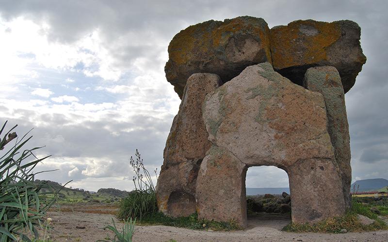 Megalithgrab mit Tragsteinen und Deckplatte