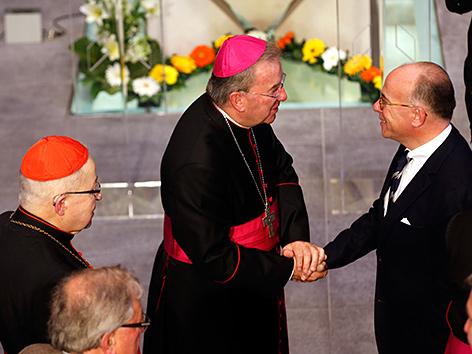 Der Papst-Gesandte in Frankreich, Luigi Ventura, mit dem damaligen Innenminister, Bernard Cazeneuve