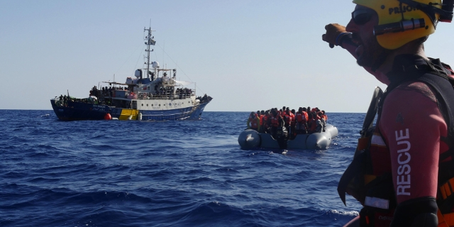 """Das Schiff """"Lifeline"""", ein Schlauchboot mit Geflüchteten und ein weiteres kleines Boot mit einem Mitarbeiter der Lifeline"""