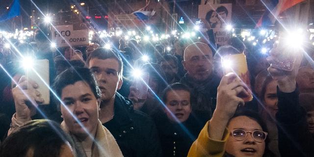 Demonstration am 21. Februar 2019 in Bratislava: Menschen leuchten mit ihren Handys.