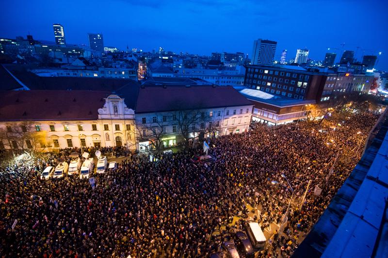 Luftaufnahme der Demonstration mit Tausenden Menschen am 21. Februar 2019 in Bratislava.
