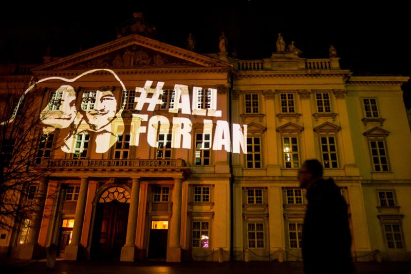 Eine Grafik zeigt Martina Kušnírová und  Ján Kuciak, daneben der Schriftzug: #AllForJan. Die Grafik ist auf das Rathaus in Bratislava projiziert.