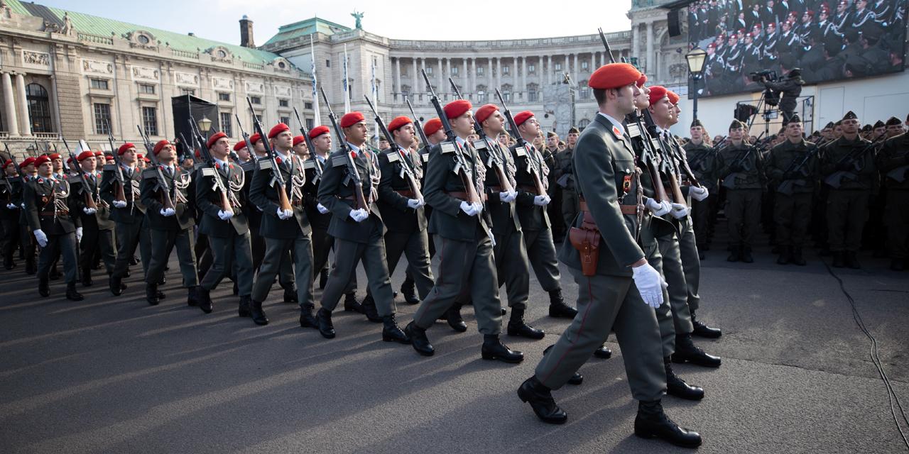 Marschierende Soldaten am Wiener Heldenplatz am 26. Oktober 2018