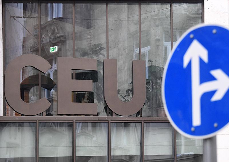 """Eine große Aufschrift """"CEU"""" mit einem Verkehrszeichen für eine Weggabelung im Vordergrund"""