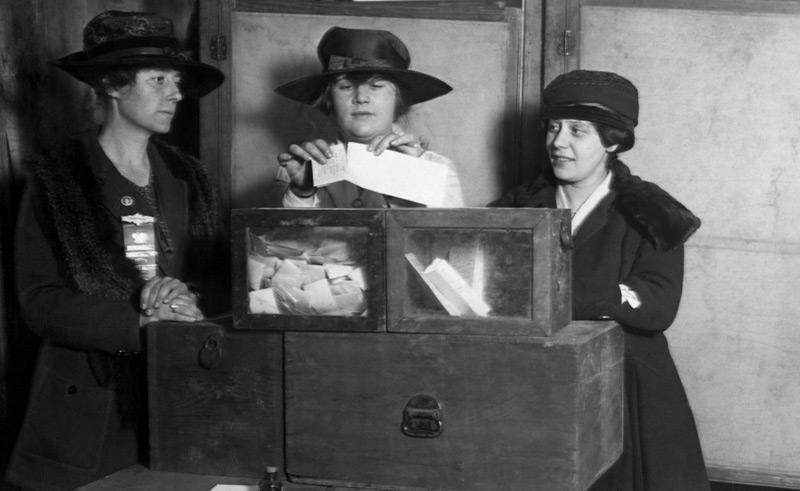 Frauen bei der Stimmabgabe in New York, schon 1917