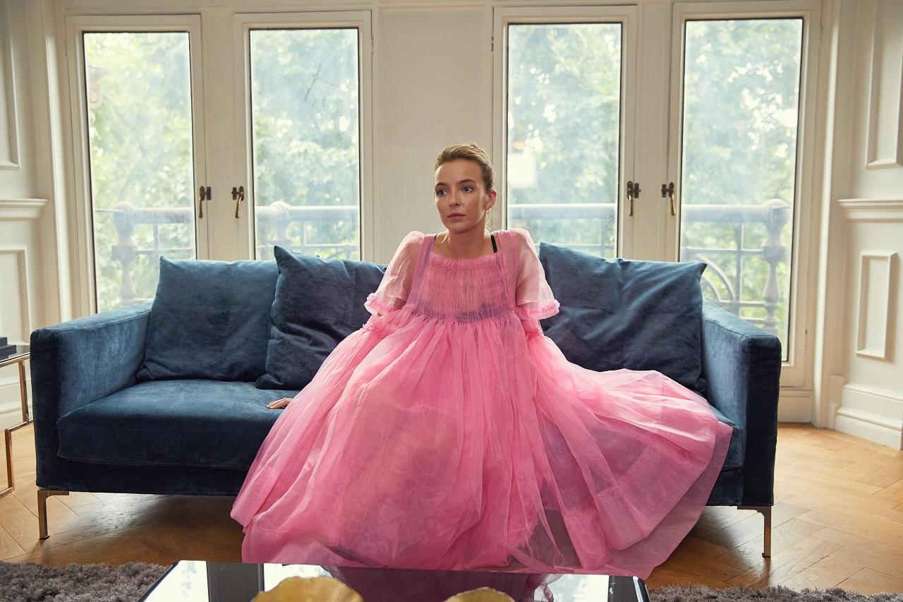 Jodie Comer als Auftragskillerin Villanelle. In einem im rosa Tüll-Kleid.