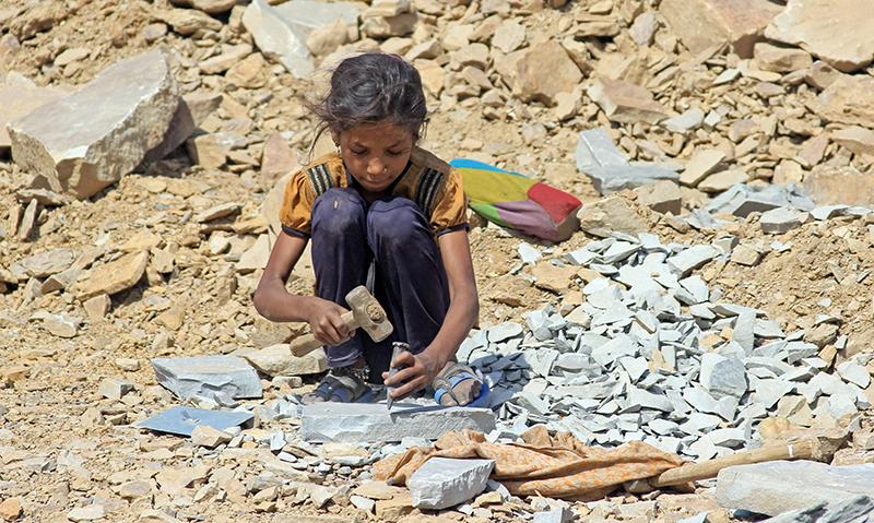 Ein junges Mädchen arbeitet in einem indischen Steinbruch