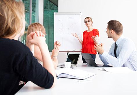 Menschen bei der Arbeit im Büro bei einer Präsentation