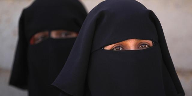 Zwei Frauen mit Nikab verhüllt