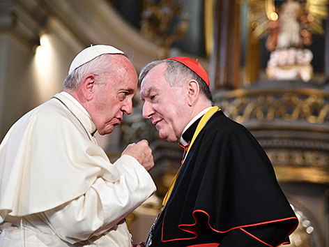 Papst Franziskus und Kardinalstaatssekretär Pietro Parolin im Gespräch