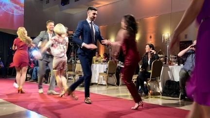 Profis am roten Teppich tanzend