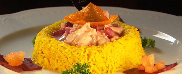 Hühnerfrikassee im Reisring auf Teller