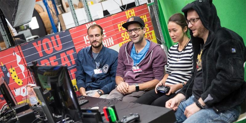 Das FM4 Spielekammerl-Team mit Gast beim Gamen