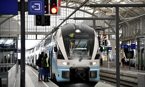 Ein Zug im Salzburger Hauptbahnhof