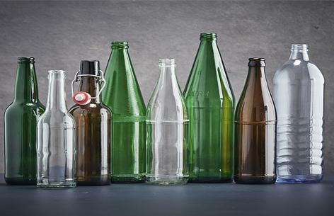 Verschiedene Glasflaschen ohne Etikett