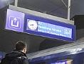 Passagiere besteigen einen ÖBB-Nightjet