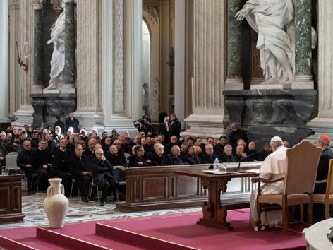Papst Franziskus bei einem Meeting  mit Klerikern