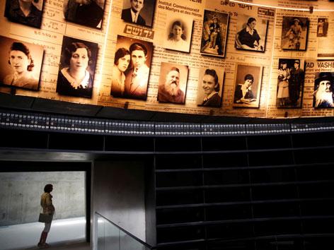 Bilder von ermordeten Juden in der Gedenkstätte Yad Vashem in Israel