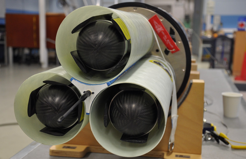 Die Messgeräte mit eingeklappten Flügeln, eingebaut in den Auswurfmechanismus
