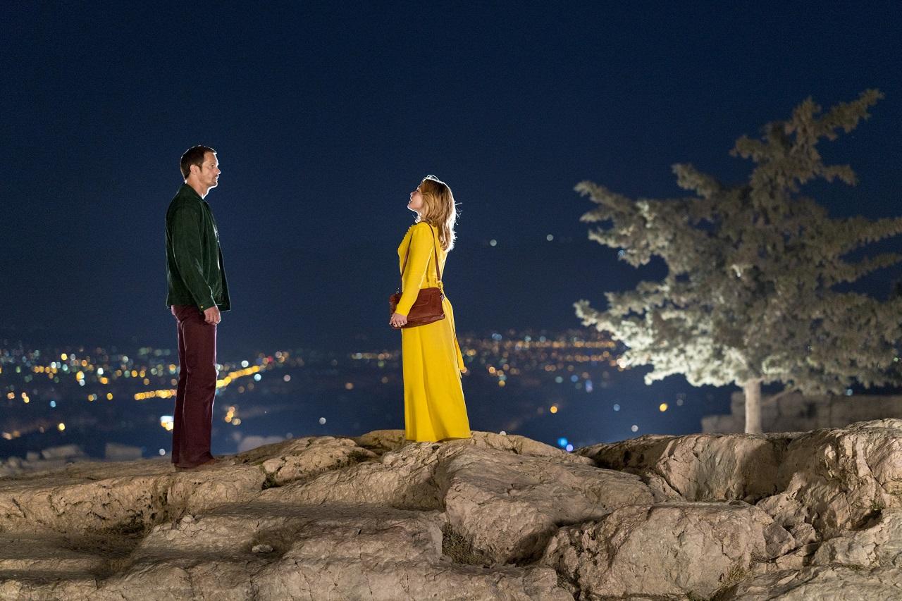 Alexander Skarsgård und Florence Pugh nachts über Athen.