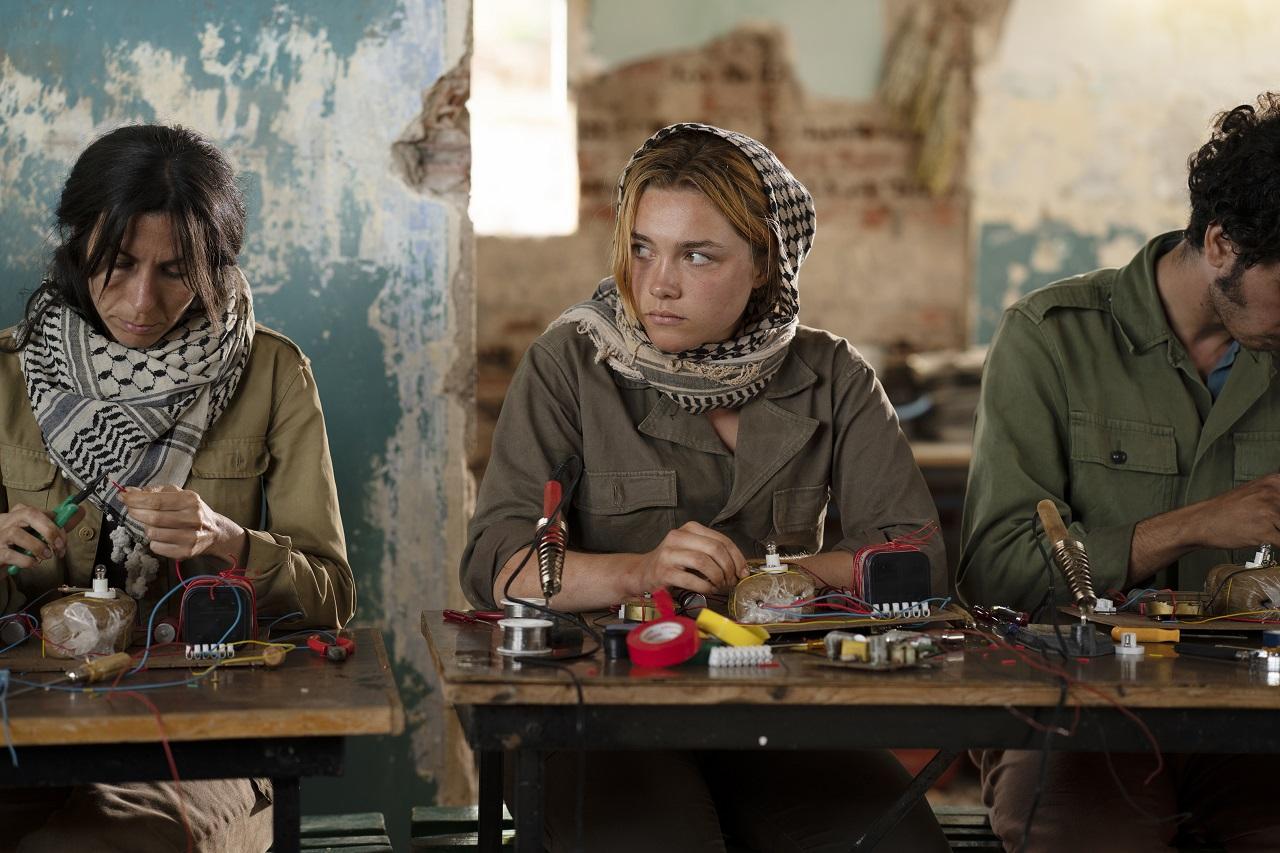 Florence Pugh alias Charlie lernt im Libanon Bomben zu bauen.