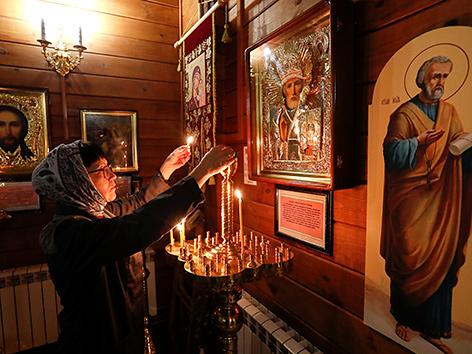 Vorbereitungen auf die Fastenzeit in einer orthodoxen Kirche in Irkutsk, Russland