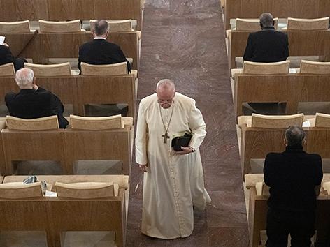 Papst Franziskus geht an Kirchenbänken vorbei