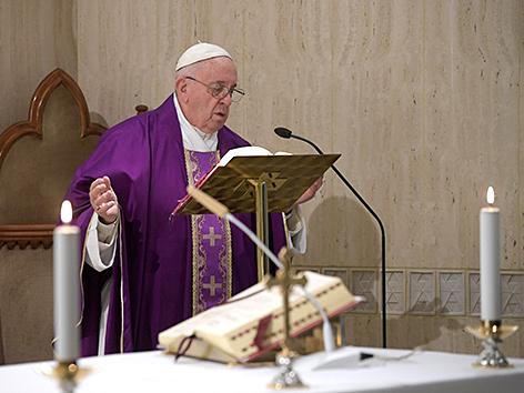 Papst Franziskus hält eine Messe in der Kapelle Santa Marta
