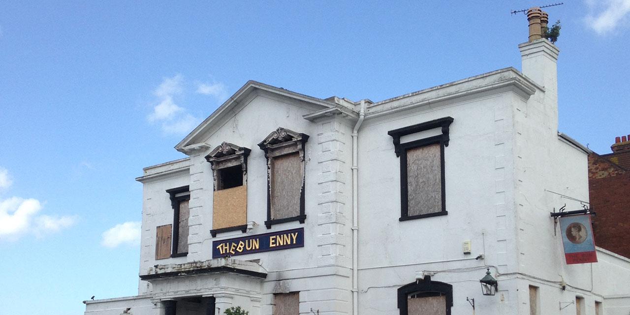 Geschlossenes Pub mit vernagelten Fenstern