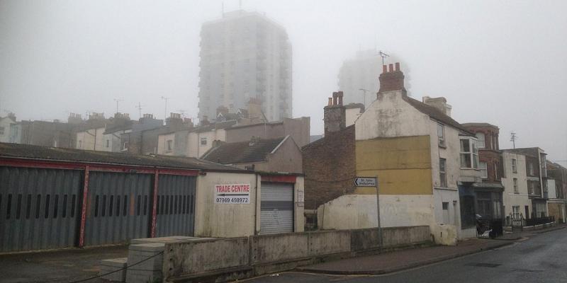 Britische Stadt im Nebel