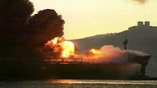 """Tanker """"Nassia"""" brennt im Bosporus im März 1994"""