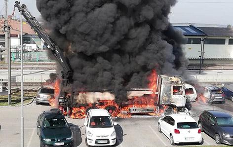 Feuerwehreinsatz bei brennendem LKW