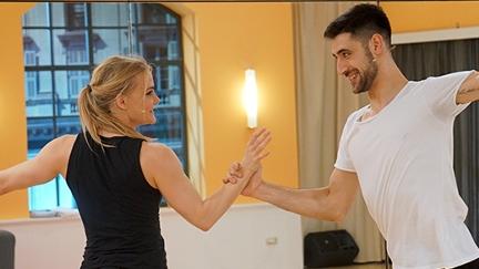 Nicole Wesner und Dimitar Stefanin tanzen einen Cha-Cha-Cha.