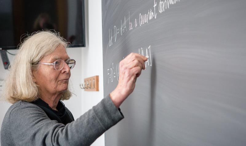 Karen Uhlenbeck rechnet an einer Tafel