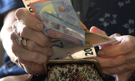 Eine Pensionistin mit Euroscheinen