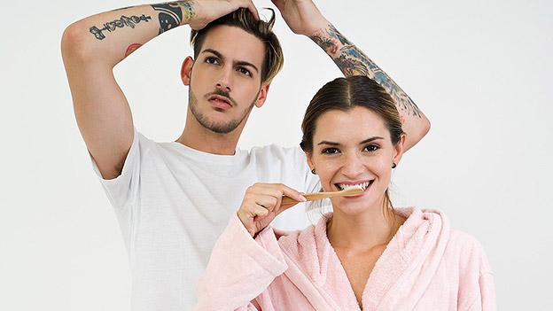 Paar bei der Morgentoilette