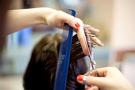 Friseur schneidet Haare