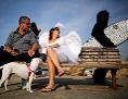 Zu Purim verkleidete Menschen am Strand von Ashdod