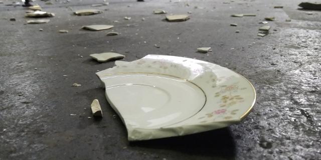 EIn zerschlagener Teller am Boden