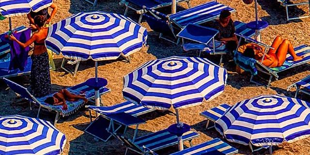 Menschen sonnen sich am Strand