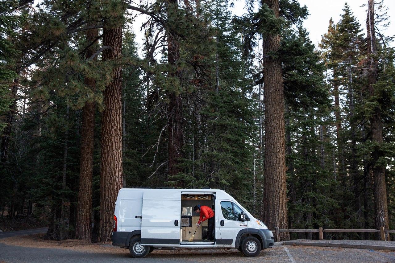 Alex Honnold kehrt seinen Van aus.