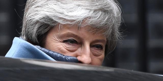 Theresa May verborgen hinter ihrem Auto