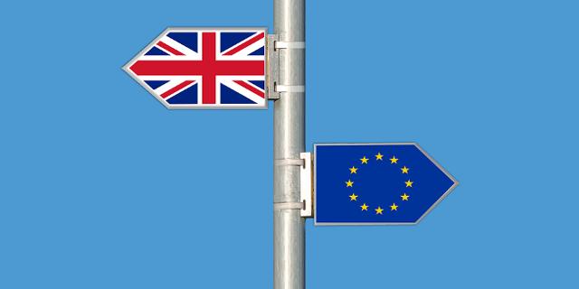 2 Wegweiser: nach Großbritannien und in die EU