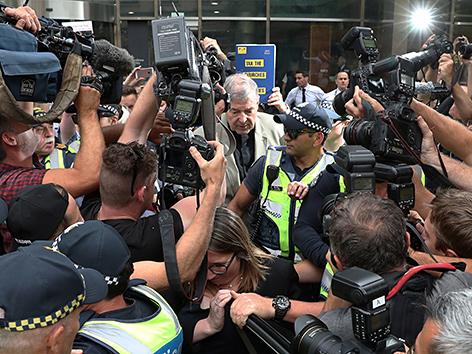Kardinal George Pell vor dem Gerichtsgebäude in Melbourne von Journalisten umringt