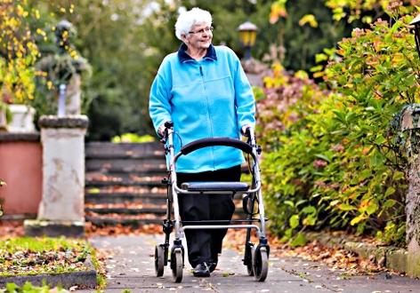 Pensionistin mit Rollator