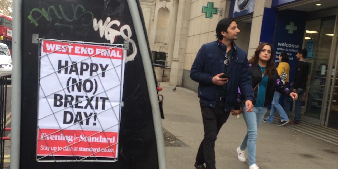Happy no Brexit Day, sagt der Londoner Zeitungsständer