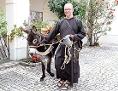 Ein Kapuziner aus dem Kloster Wiener Neustadt mit einem Esel