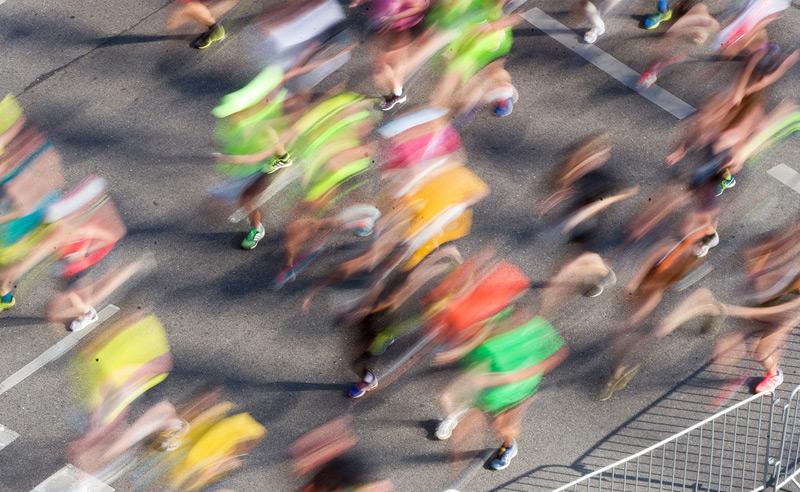 Verschwommene Läufer beim Marathon
